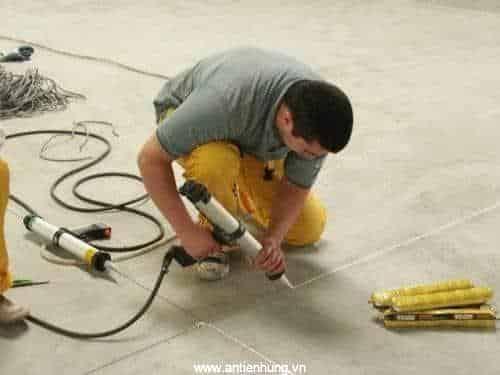 Xử lý khe co giãn bê tông bằng keo trám khe PU HyperSeal Expert 150