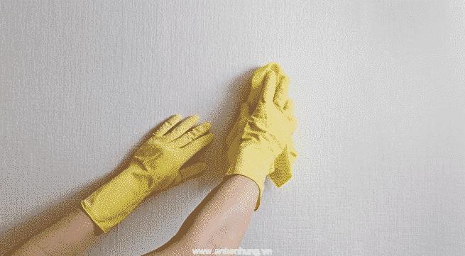 Lau tường bẩn bằng chất tẩy rửa thông thường